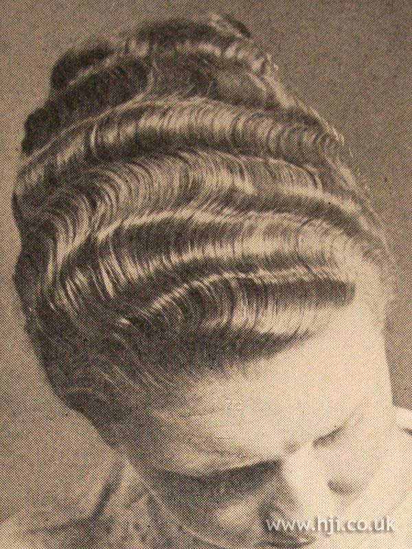 Sculpted 1950s fingerwaves