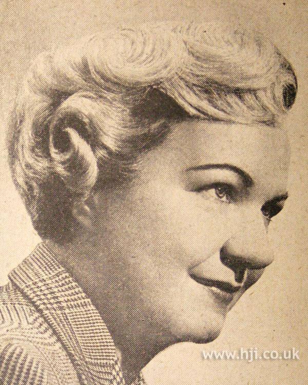 1950 short blonde hairstyle