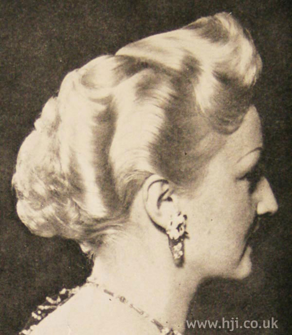 1951 wavy blonde mid-length style