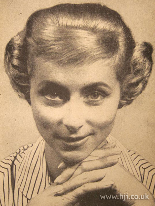 1958 blonde hairstyle with short fringe