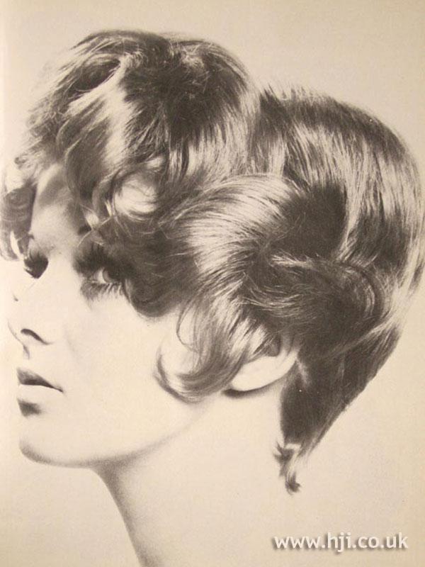 1970s curly brunette voluminous bob
