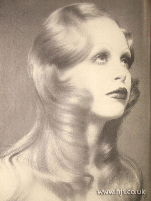 1970s long blonde wavy hairstyle