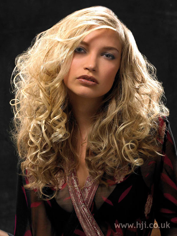 2006 blonde curls hairstyle
