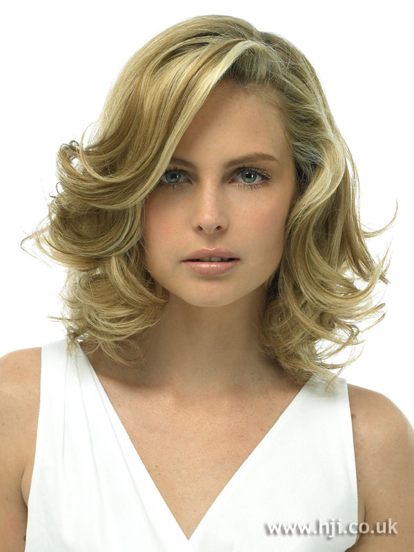 Blonde wavy blow-dry hairstyle