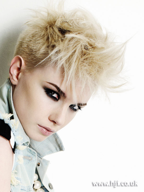 2009 blonde cropped hairstyle