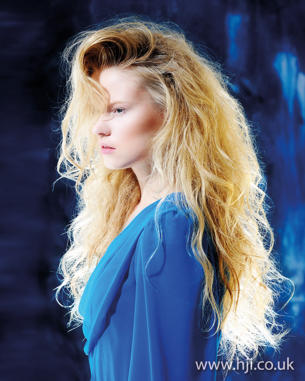 long blonde waves hairstyle 2011