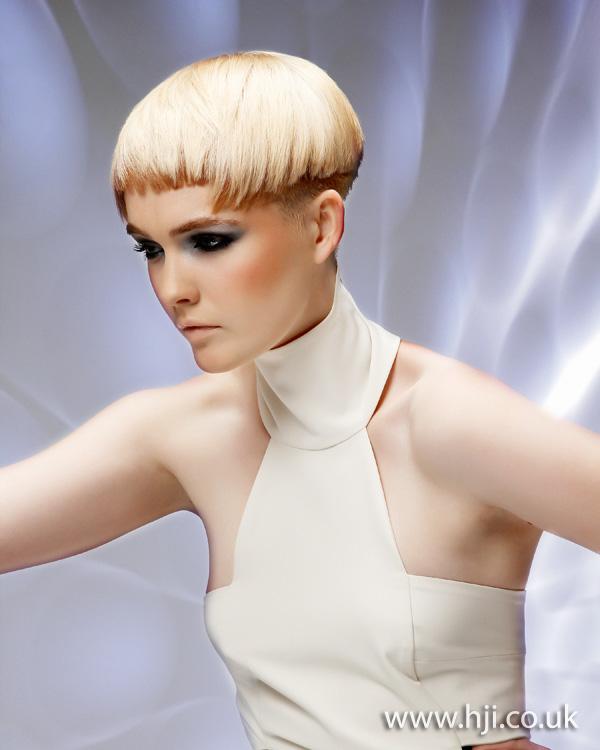 2012 short blonde choppy fringe hairstyle