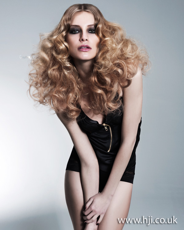 2012 womens blonde wavy hairstyle