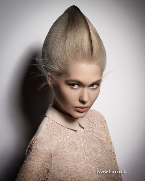 2015 exaggerated pointy blonde hairstyle