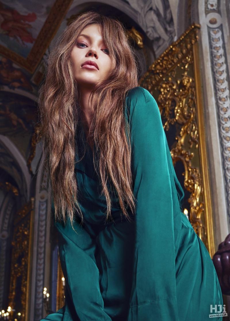 Long brunette waved style