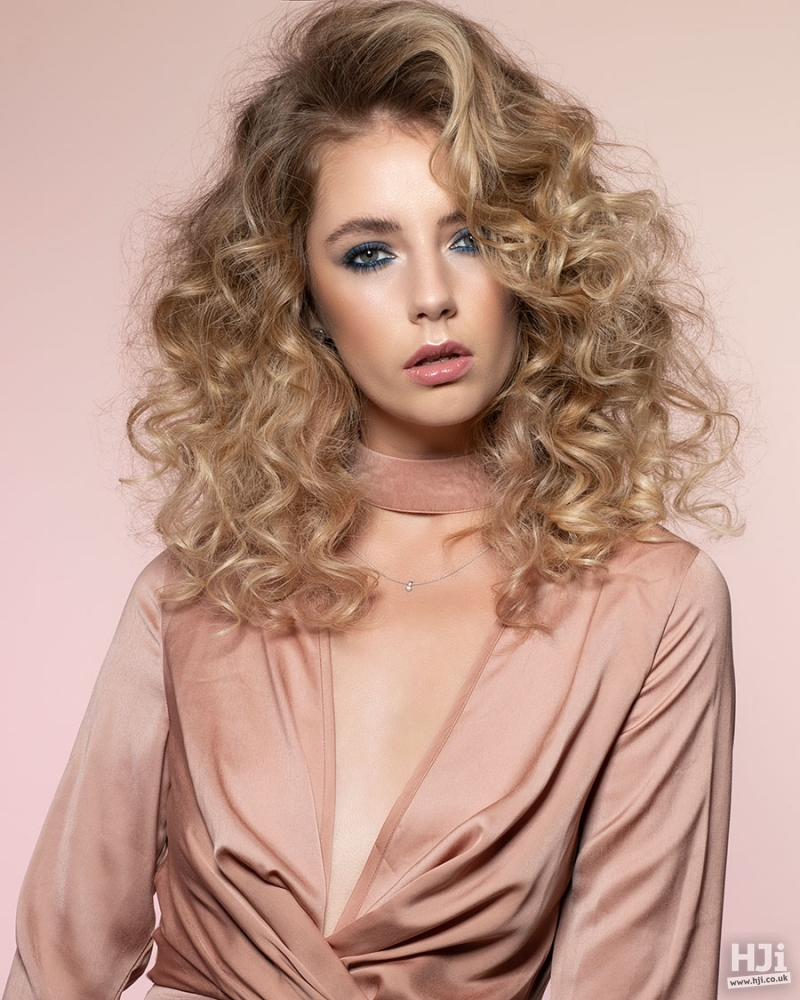 Mid Length Golden Blonde Hairstyle with Highlights
