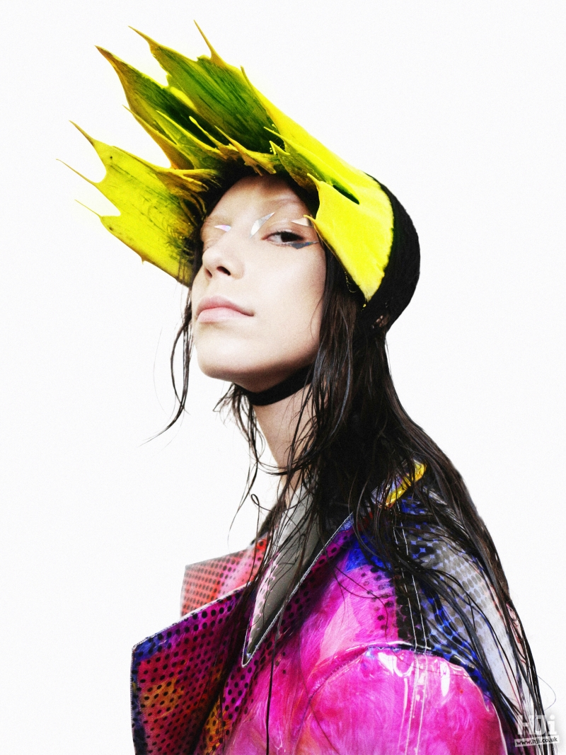 Bright accessory with wet look hair