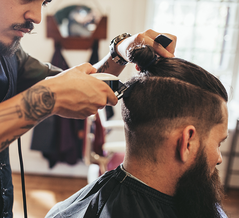 differences between barbers and men's hairdressers
